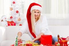 Mujer joven que prepara los regalos para la Navidad Imagen de archivo libre de regalías