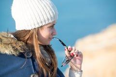 Mujer joven que presenta al aire libre Imagen de archivo libre de regalías