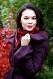 Mujer joven que presenta al aire libre Foto de archivo