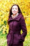 Mujer joven que presenta al aire libre Foto de archivo libre de regalías