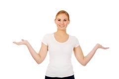 Mujer joven que presenta algo en las palmas abiertas Imagenes de archivo