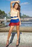 Mujer joven que presenta atractivamente; modelo de moda Imágenes de archivo libres de regalías