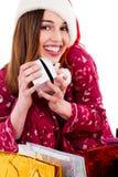 Mujer joven que presenta con el regalo de la Navidad Imagen de archivo libre de regalías