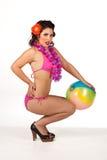 Mujer joven que presenta con la bola de playa imagen de archivo libre de regalías
