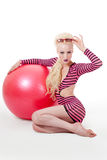 Mujer joven que presenta con la bola del ejercicio fotos de archivo libres de regalías