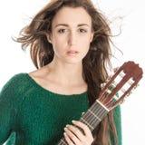 Mujer joven que presenta con la guitarra Imagen de archivo