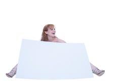 Mujer joven que presenta con un cartel Imágenes de archivo libres de regalías
