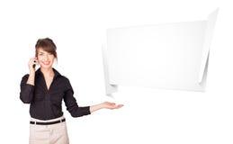 Mujer joven que presenta el espacio abstracto de la copia del origami Imagen de archivo libre de regalías