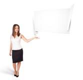 Mujer joven que presenta el espacio abstracto de la copia del origami Imagenes de archivo