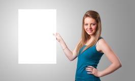 Mujer joven que presenta el espacio de la copia del Libro Blanco Foto de archivo