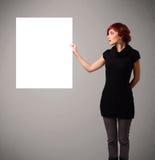 Mujer joven que presenta el espacio de la copia del Libro Blanco Imagenes de archivo