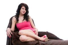 Mujer joven que presenta en alineada rosada Imagenes de archivo