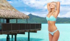 Mujer joven que presenta en bikini en la playa imágenes de archivo libres de regalías