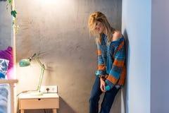 Mujer joven que presenta en el dormitorio Foto de archivo