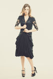 Mujer joven que presenta en falda y top del diseñador Fotografía de archivo libre de regalías