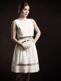 Mujer joven que presenta en falda y top del diseñador Foto de archivo libre de regalías
