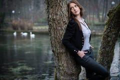 Mujer joven que presenta en las manos del árbol en bolsillo Imagenes de archivo