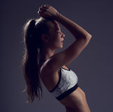 Mujer joven que presenta en ropa del deporte Imágenes de archivo libres de regalías