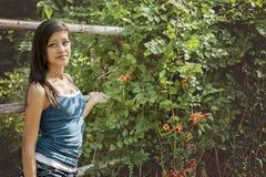 Mujer joven que presenta en un parque Imagen de archivo