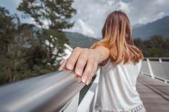 Mujer joven que presenta en un puente arquitect?nico foto de archivo