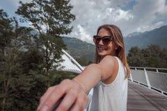Mujer joven que presenta en un puente arquitect?nico imagen de archivo