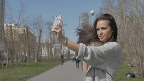 Mujer joven que presenta para el selfie almacen de video