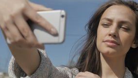 Mujer joven que presenta para el selfie almacen de metraje de vídeo