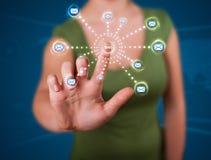 Mujer que presiona el tipo virtual de la mensajería de iconos Fotos de archivo