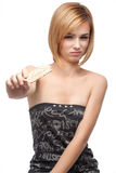 Mujer joven que prueba el pan sano y que lo rechaza Fotos de archivo