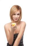Mujer joven que prueba un limón Foto de archivo libre de regalías