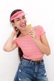 Mujer joven que ríe con el cono de helado Imagen de archivo libre de regalías