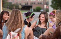Mujer joven que ríe con los amigos Foto de archivo libre de regalías