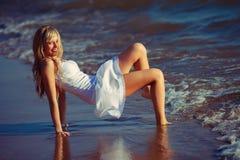Mujer joven que ríe divirtiéndose en días de fiesta de las vacaciones de verano Fotografía de archivo libre de regalías
