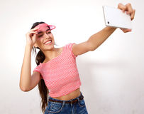Mujer joven que ríe y que toma el selfie con el teléfono móvil Fotos de archivo libres de regalías