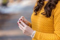 Mujer joven que recibe un anillo como regalo Fotos de archivo