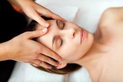 Mujer joven que recibe un masaje Fotografía de archivo libre de regalías