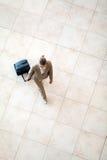 Mujer joven que recorre en el aeropuerto Imagen de archivo libre de regalías
