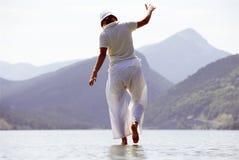 Mujer joven que recorre en el lago Foto de archivo libre de regalías