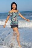 Mujer joven que recorre en la playa Foto de archivo