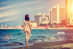 Mujer joven que recorre en la playa Imagen de archivo libre de regalías