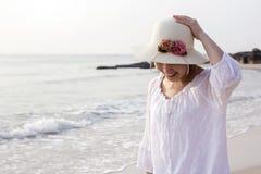 Mujer joven que recorre en la playa Fotografía de archivo libre de regalías