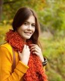 Mujer joven que recorre en parque del otoño Fotos de archivo libres de regalías