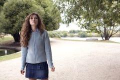 Mujer joven que recorre en un parque. Foto de archivo