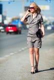 Mujer joven que recorre en una calle de la ciudad. Fotos de archivo libres de regalías