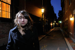 Mujer joven que recorre las calles en la noche Imágenes de archivo libres de regalías