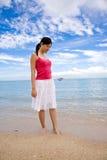 Mujer joven que recorre por la playa Imagen de archivo