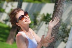 Mujer joven que restaura en ducha tropical imagen de archivo libre de regalías