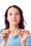 Mujer joven que rompe un cigarrillo Foto de archivo libre de regalías