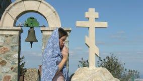 Mujer joven que ruega con las manos abrochadas, pidiendo a dios bendecir y perdón almacen de metraje de vídeo