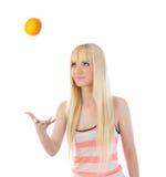 Mujer joven que sacude encima de naranja Fotografía de archivo libre de regalías